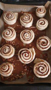 cinnamon rolls in karamelsaus