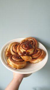 Cinnamon rolls plateau
