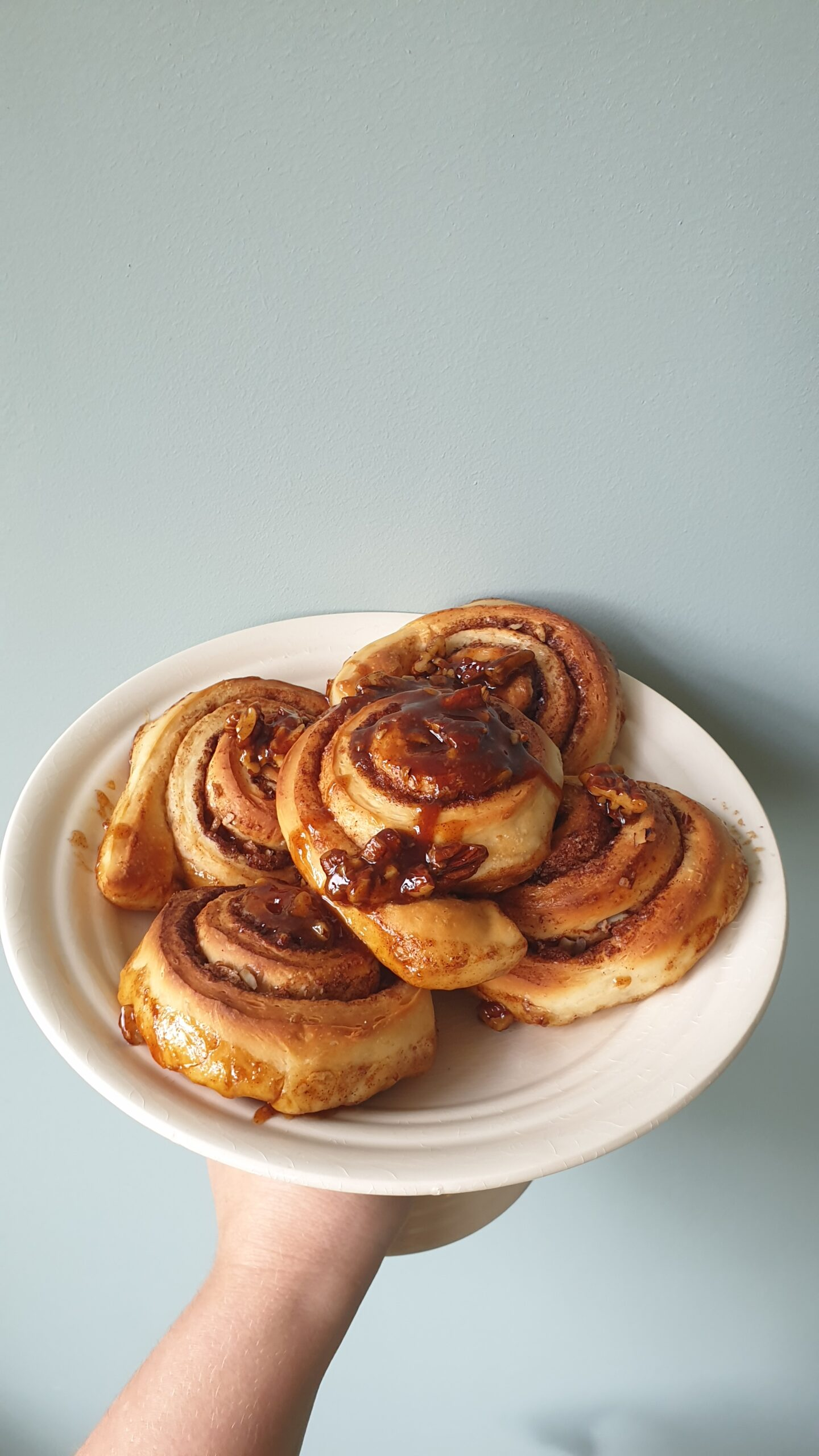 Cinnamon rolls 2.0 met pecannoten en karamelsaus